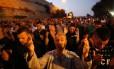 Muçulmanos rezam como forma de protesto na entrada principal da Esplanada das Mesquitas Foto: AHMAD GHARABLI / AFP