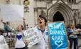 Manifestantes protestam em frente à Alta Corte de Londres contra a decisão de desligar os aparelhos do bebê Charlie Gard