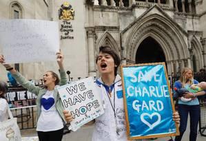 Manifestantes protestam em frente à Alta Corte de Londres contra a decisão de desligar os aparelhos do bebê Charlie Gard Foto: TOLGA AKMEN / AFP