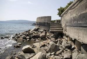 O Lago Bracciano, com nível da água bem abaixo do normal, terá bombeamento suspenso a partir desta semana Foto: Massimo Percossi / AP