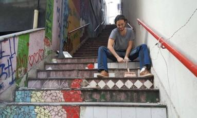Júlio Pedroso é um dos artistas que utilizam materiais encontrados em caçamba na revitalização da escadaria Foto: Aline Macedo / Agência O Globo