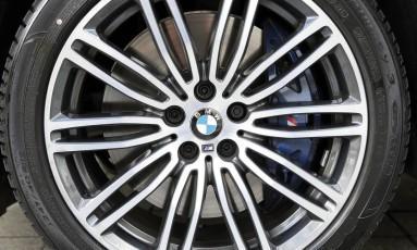 Logotipo da BMW na roda de um Série 5 Foto: BMW / Divulgação