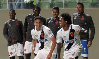 Paulinho, à esquerd, e Paulo Vitor comemoram o primeiro gol do Vasco Foto: Divulgação