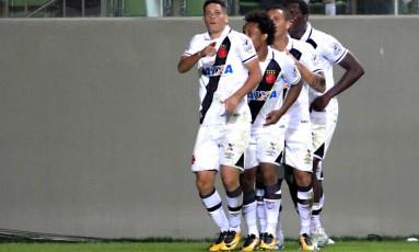 Paulinho (à frente) comemora com os companheiro o gol da vitória do Vasco Foto: Divulgação/Vasco