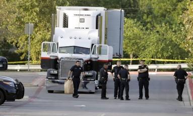 Policiais investigam hipótese de tráfico humano Foto: Eric Gay / AP