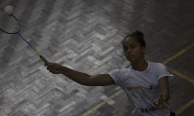Aluna de José Inácio dos Santos treina badminton Foto: Alexandre Cassiano / Agência O Globo