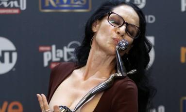 Sonia Braga beija seu trofeu de melhor atriz no prêmio Platino, em Madrí, na Espanha Foto: SUSANA VERA / REUTERS