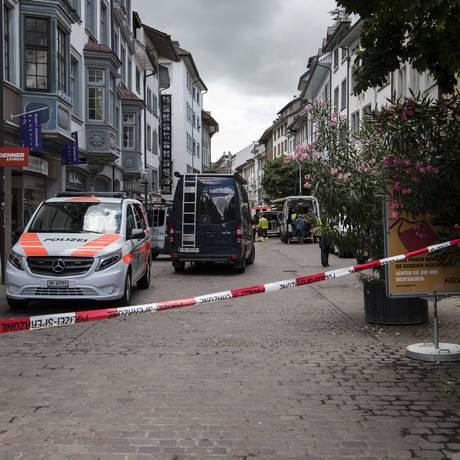 Polícia interdita centro da cidade de Shaffhausen, na Suíça, após ataque que deixou cinco feridos na rua Foto: Ennio Leanza / AP