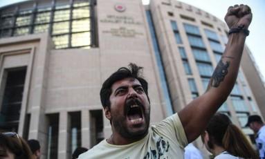 """Homem protesta diante de tribunal ao julgamento de funcionários do """"Cumhuriyet"""" Foto: BULENT KILIC / AFP"""