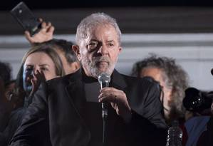 Lula durante ato promovido pelo PT na Avenida Paulista, em São Paulo, após ser condenado pelo caso do tríplex do Guarujá Foto: Edilson Dantas / Agência O Globo