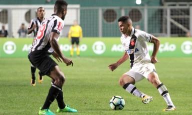 Paulinho encara a marcação do Atlético-MG: aos 17, ele fez seus primeiros gols no time profissional do Vasco Foto: Carlos Gregório Jr./Vasco