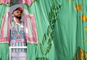 Leandro Vieira posa para foto na quadra da Mangueira: artista vai para seu terceiro carnaval na verde e rosa Foto: Roberto Moreyra / Agência O Globo