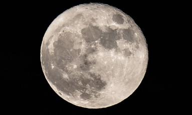 Estudo propõe que a Lua possui depósitos de água espalhados pela superfície Foto: DANIEL LEAL-OLIVAS / AFP