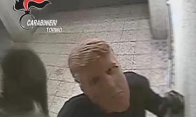 Assaltante que usava máscara de Trump é flagrado em vídeo Foto: Reprodução