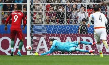 Ochoa defende o pênalti batido por André Silva na disputa do 3º lugar entre México e Portugal: marcação foi feita com Árbitro de Vídeo Foto: Divulgação/Fifa
