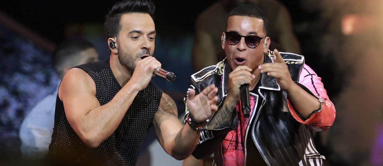 Luis Fonsi (à esq.) e Daddy Yankee cantam em Coral Gables, na Flórida Foto: Lynne Sladky / AP
