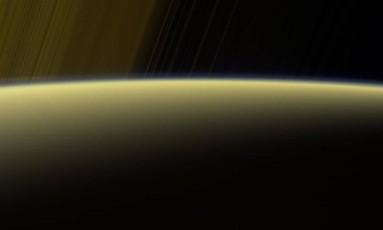 Uma das imagens de alta resolução com perspectiva inédita da Cassini mostra a névoa da alta atmosfera de Saturno junto com os anéis do planeta ao fundo Foto: NASA/JPL-Caltech/Space Science Institute