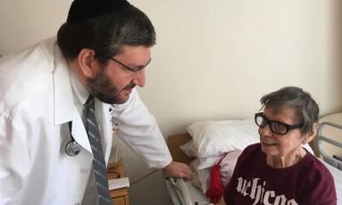 O médico Zacharia Palace com a paciente de Parkinson Helen Wagsman: menos dores nas pernas Foto: Divulgação/Julita Lemgruber