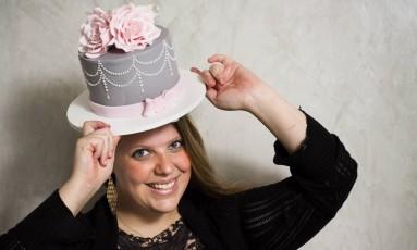 A confeiteira Bel Feith e um de seus bolos Foto: Mônica Imbuzeiro / Agência O Globo