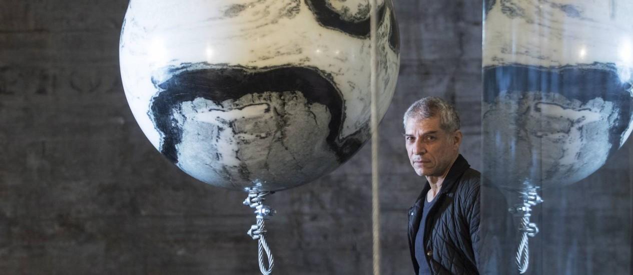 """Tempo congelado: José Bechara junto à instalação """"Ângelas"""", compostas de esferas maciças de mármore e placas de vidro Foto: Ana Branco / Agência O Globo"""