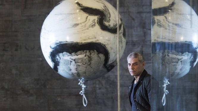 Tempo congelado: José Bechara junto à instalação