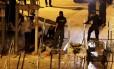 Agentes israelenses trabalham na madrugada de terça-feira para retirar detectores da Esplanada das Mesquitas Foto: Mahmoud Illean / AP