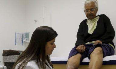 Exemplo. A aposentada Iolanda Souza, de 85 anos, é atendida na Clínica Dr. Solidário Foto: Domingos Peixoto / Agência O Globo