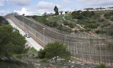 Carro de polícia patrulha fronteira entre Espanha e Marrocos Foto: Samuel Aranda/Agência O Globo