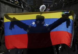 Manifestante vestido como Simon Bolivar protesta em tributo aos mortos em quase quatro meses de protestos na Venezuela Foto: Fernando Llano / AP