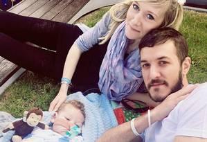 Os pais Chris Gard e Connie Yates, com o pequeno Charlie Gard Foto: REPRODUÇÃO/FACEBOOK