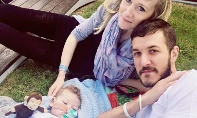 Os pais, Chris Gard e Connie Yates, querem levar o pequeno Charlie para morrer em casa Foto: REPRODUÇÃO/FACEBOOK