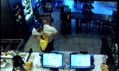 Vídeo capturou momento em que cliente bateu em ladrão com cadeira Foto: Reprodução Internet