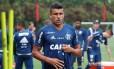 O meia Ederson em treino do Flamengo: jogador terá de remover tumor no testículo Foto: Gilvan de Souza / Flamengo