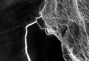 Imagem mostra rachaduras que irão formar novos icebergs Foto: NASA
