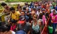 Venezuelanos atravessando a fronteira com a Colômbia Foto: LUIS ACOSTA / AFP