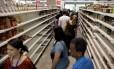 Venezuelanos compram comida em um supermercado em Caracas