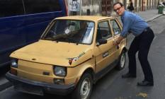 O ator pedia para tirar fotos ao lado dos carrinhos e postava em seu perfil no Twitter Foto: Reprodução/ Twitter de Tom Hanks