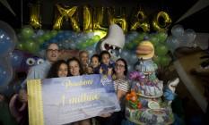 Comemoração. Família que bateu a marca de um milhão de visitantes ganhou vale com entradas para o AquaRio Foto: Agência O Globo / Márcia Foletto