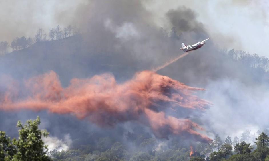 Avião lança substância para conter incêndio florestal na Riviera Francesa Foto: Claude Paris / AP