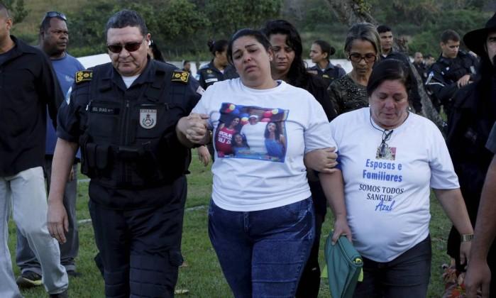 A viúva Fernanda Araújo com o comandante da Polícia Militar Wolney Dias Foto: Domingos Peixoto / Agência O Globo