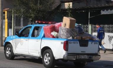 Uma picape da PM transporta parte dos brinquedos Foto: Fabiano Rocha / Agência O Globo