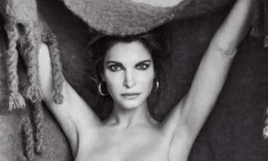 Ela está de volta — e como veio ao mundo. Uma top models mais famosas dos anos 90, Stephanie Seymour tirou a roupa, aos 49 anos, para as lentes do renomado fotógrafo Patrick Demarchelier Foto: Patrick Demarchelier/Divulgação