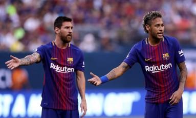 Neymar, à direita, gesticula ao lado de Messi em amistoso do Barcelona: clube tem dificuldade para segurar estrelas quando são seduzidas por outros clubes Foto: ELSA / AFP
