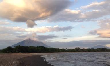 Pôr do sol diante do Concepción, na Ilha de Ometepe Foto: Elisa Martins