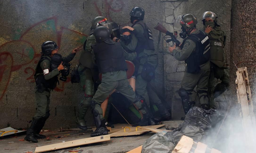 Manifestante é detido em um protesto durante a paralisação de 48 horas organizada pela oposição contra a iniciativa do presidente Nicolás Maduro de convocar uma Assembleia Nacional Constituinte Foto: CARLOS GARCIA RAWLINS / REUTERS