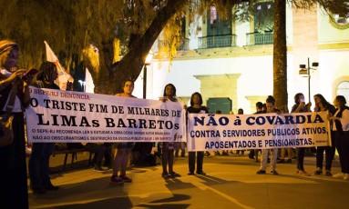 Manifestação do Sindicato da Educação na porta da Igreja da Matriz Foto: Monica Imbuzeiro / Agência O Globo