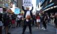 Manifestante com fantasias tanto de Trump quanto de Putin participa de protesto em Nova York contra a decisão do presidente dos EUA de reinstituir proibição de pessoas transgênero nas Forças Armadas do país
