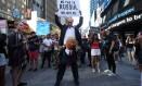 Manifestante com fantasias tanto de Trump quanto de Putin participa de protesto em Nova York contra a decisão do presidente dos EUA de reinstituir proibição de pessoas transgênero nas Forças Armadas do país Foto: REUTERS/CARLO ALLEGRI