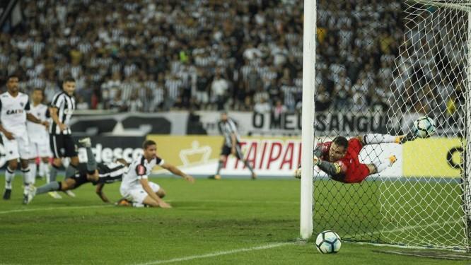 Victor voa, mas não alcança a bola no segundo gol do Botafogo Foto: Alexandre Cassiano