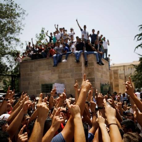 Palestinos celebram após oração do lado de fora da Esplanada das Mesquitas Foto: AMIR COHEN / REUTERS